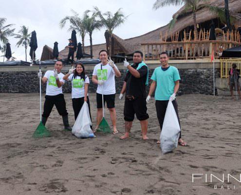 20170601-FINNS-BALI-CLEANING-BEACH-01