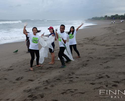 20170601-FINNS-BALI-CLEANING-BEACH-02