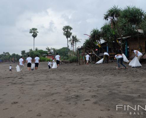 20170601-FINNS-BALI-CLEANING-BEACH-03