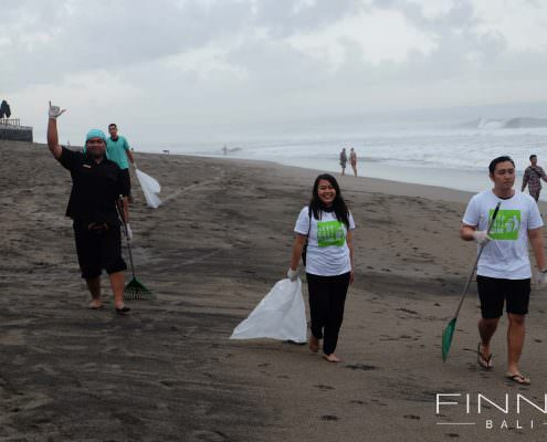20170601-FINNS-BALI-CLEANING-BEACH-04