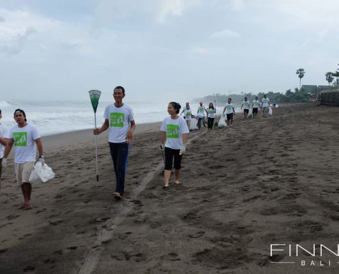 20170601-FINNS-BALI-CLEANING-BEACH-05