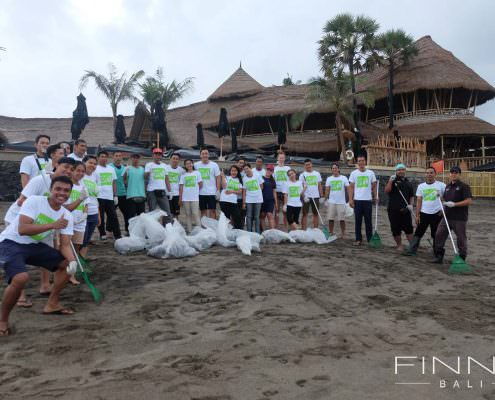 20170601-FINNS-BALI-CLEANING-BEACH-06