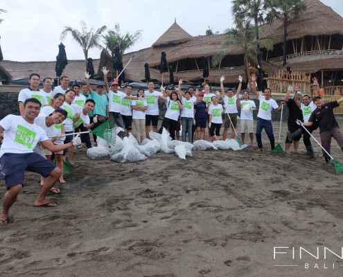 20170601-FINNS-BALI-CLEANING-BEACH-07