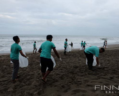 20170601-FINNS-BALI-CLEANING-BEACH-08