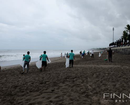 20170601-FINNS-BALI-CLEANING-BEACH-09