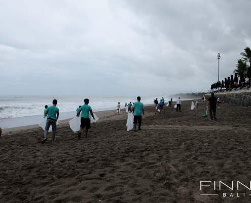 20170601-FINNS-BALI-CLEANING-BEACH-09