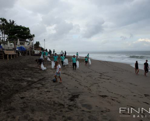 20170601-FINNS-BALI-CLEANING-BEACH-10